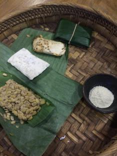ilustrasi pembuatan tempe mulai dari ragi, kacang kedelai, hingga hasil akhir setelah fermentasi
